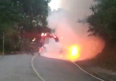 Carro pega fogo após bater em poste no Vale do Ipê