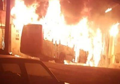 Ônibus pega fogo e bate em poste no jóquei clube